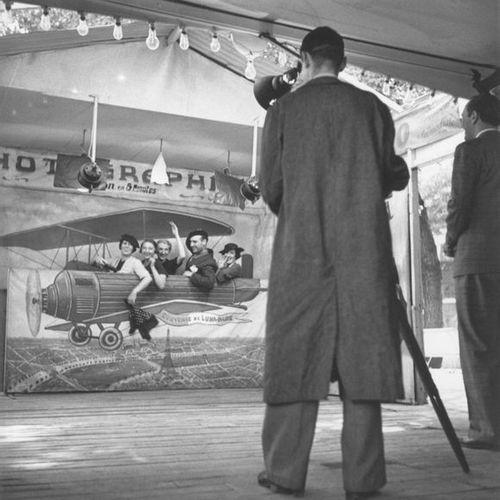 Roger SCHALL (1904 1995) Le photographe de la foire du trône, Paris, ca. 1930  P…