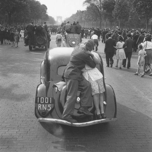 Roger SCHALL (1904 1995) Le baiser de la Victoire, Paris, 8 mai 1945.  Photograp…