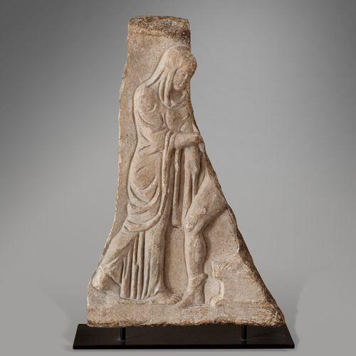 ART ROMAIN, Ier IIe siècle  Fragment de bas relief en marbre. La stèle est sculp…