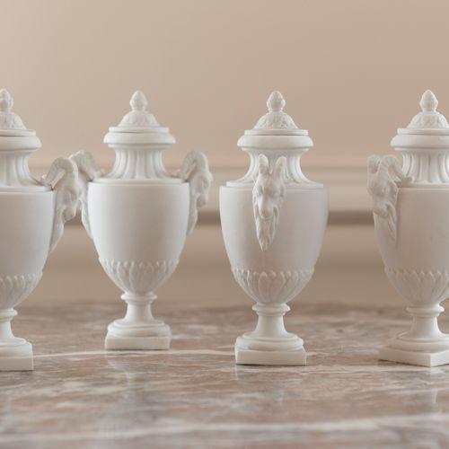 Suite de quatre vases de forme balustre en biscuit de porcelaine, décor de bouqu…