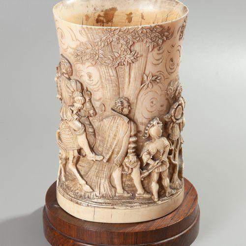 La chasse de François Ier  Ivoire sculpté en cylindre, présentant au pourtour un…