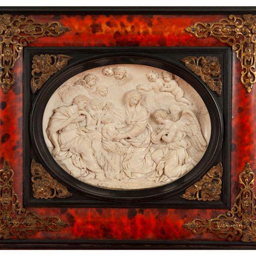 L'Adoration des anges  Médaillon ovale d'ivoire sculpté en bas relief  dans un e…
