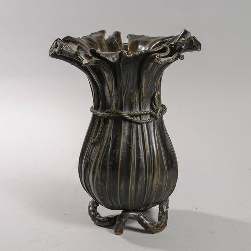 Japon. Epoque Meiji  Vase en Bronze imitant des pétales de fleurs rassemblées pa…