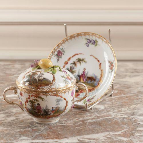 Pot couvert et son présentoir en porcelaine à décor en réserve de scène pastoral…