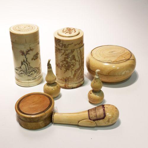 Lot de six petites boites et coupes en ivoire et bois naturel de tailles diverse…