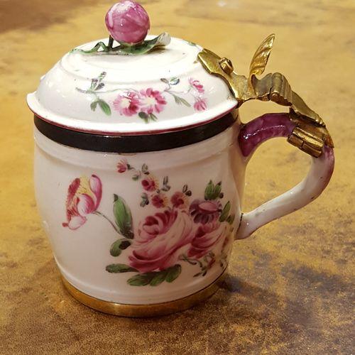 Moutardier en porcelaine tendre de Mennecy à décor de fleurettes. Avec sa cuillè…
