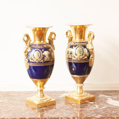 PARIS  Paire de vases balustres, fond or, à décor de cascade.  Epoque Restaurati…