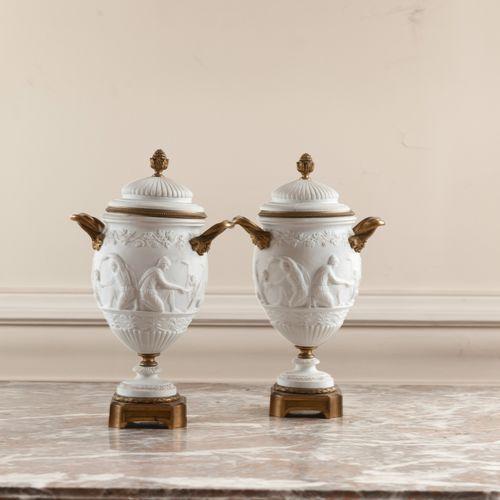Paire de vases balustres couverts en porcelaine et monture de bronze doré à déco…