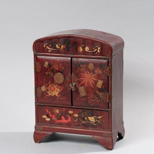 Petit cabinet en laque rouge et rehauts d'or ouvrant par deux tiroirs en partie …