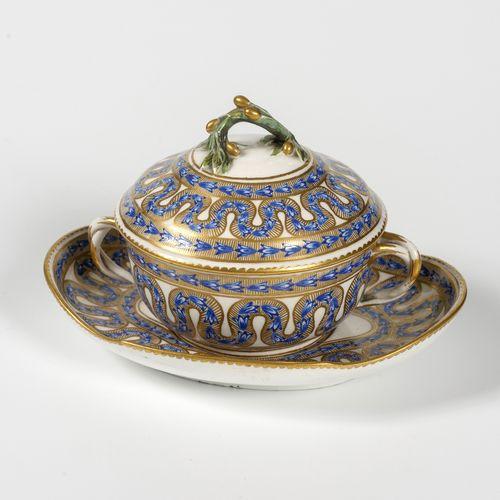 Bouillon couvert en porcelaine tendre à décor de rubans bleu, anses croisées.  S…