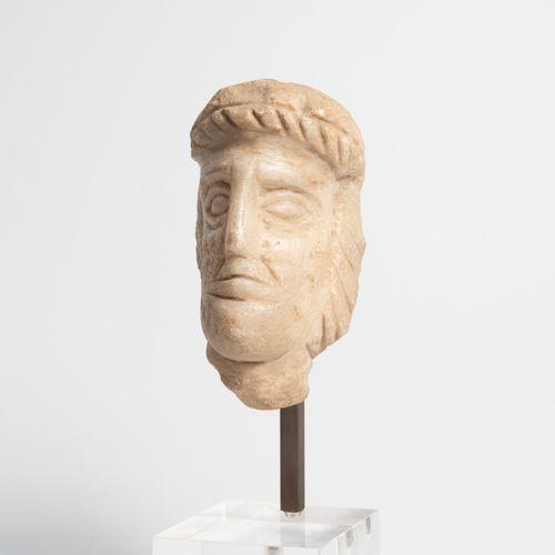 Tête d'homme en pierre sculptée.  Haut. : 9 cm