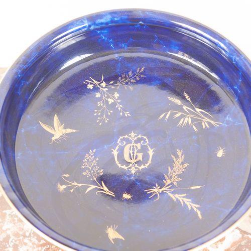 Coupe sur piédouche, fond bleu, décor d'insectes.  Sèvres 1876  Haut. : 33,5 cm …