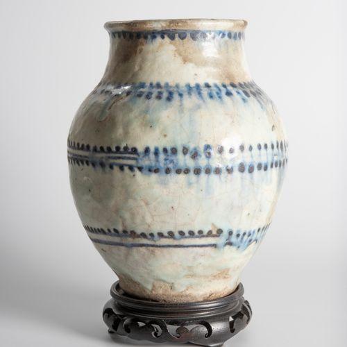 Vase en terre vernissée à décor de peignées sur fond gris.  Haut. : 20 cm  (Acci…