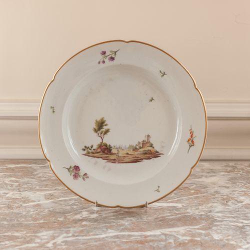 Grand plat en porcelaine à décor d'un paysage.  Niderviller, XVIIIe siècle.  Mar…