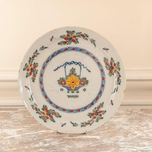 DELFT  Plat en faïence à décor polychrome d'un vase fleuri.  XVIIIe siècle.  Lon…