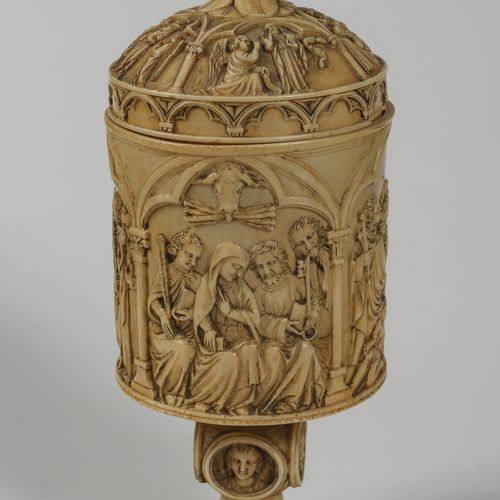 Coupe ciboire en ivoire sculpté illustrée à la panse et au couvercle de scènes d…