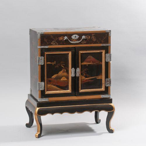 Petit cabinet en laque ouvrant par un tiroir en partie haute et deux vantaux dév…