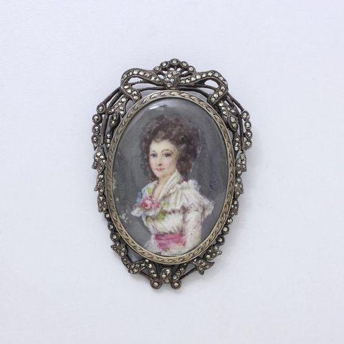 Broche en argent 800 millièmes, retenant une miniature figurant une femme à la r…