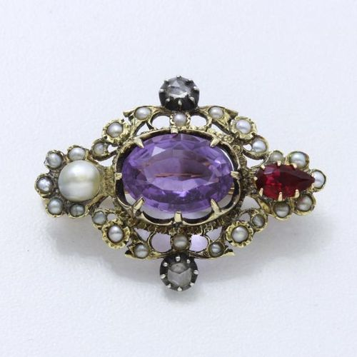 Brooch in 750, 585, 375 and 800 thousandths gold and silver, centred on an oval …