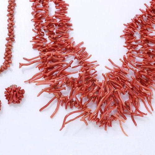 Lot composé de 2 colliers ornés de petites branches de corail et d'une paire de …