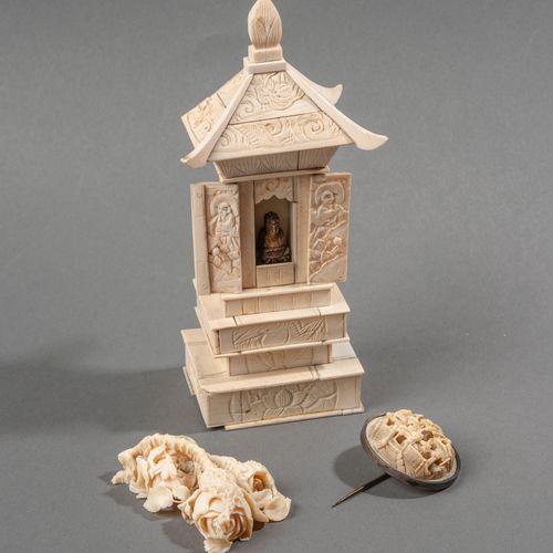 Ensemble d'objets en ivoire :   Pagode   Bouton sculpté monté en broche   Fleurs…