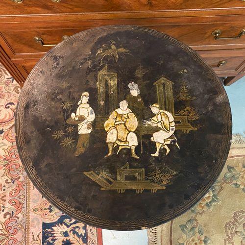 Guéridon tripode en bois noirci, le plateau à décor au chinois.  D. 51,5 H. 77,5…