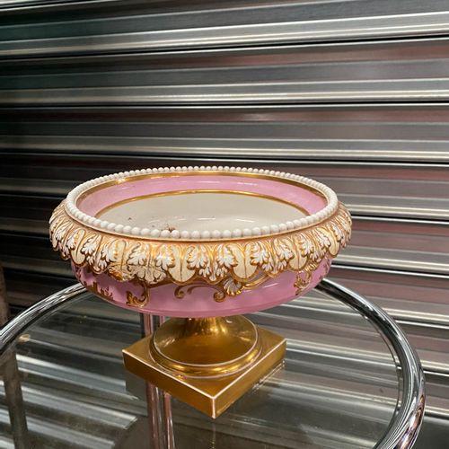 Coupe sur pied en porcelaine de Paris à décor de fruits, fond rose et filets or.…