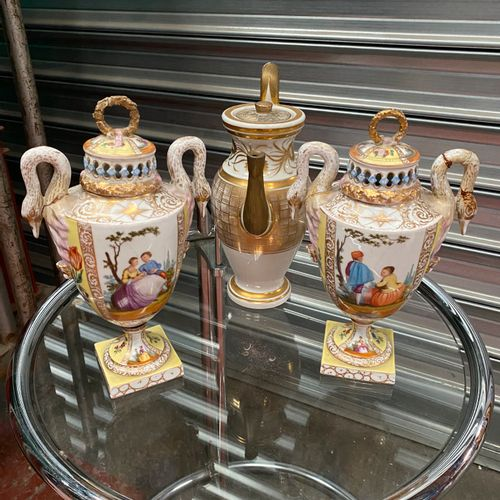 Saxe. Paire de vases pots pourris en porcelaine à décor polychrome et or de scèn…