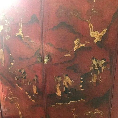 Armoire basse en laque rouge à décor de personnages or. Chine