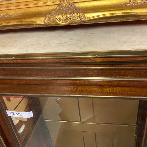 Vitrine en acajou et placage d'acajou.  Dessus de marbre blanc à galerie.  Style…
