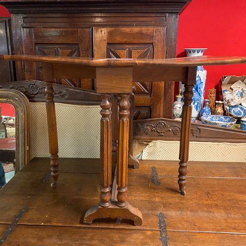 Table Gate leg.  H. 70 L. 100/15 P. 70 cm.  Plateau gondolé.