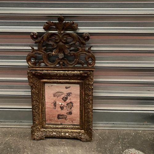 Petit miroir à fronton en bois doré et sculpté.  XVIIIe siècle  Quelques acciden…