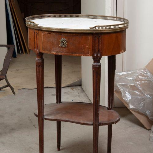 Petite table de salon en acajou et placage d'acajou (tablette à refixer)  Style …