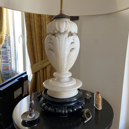 Pied de lampe en albâtre figurant des feuilles d'acanthe (accident)  H. 32 cm.