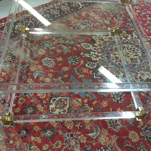 Table basse à un plateau de forme carrée en plexiglass  H. 40 L. 89 P. 89 cm.
