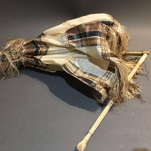 Ombrelle, manche en ivoire tourné et sculpté garniture de soirie madras (déchiru…