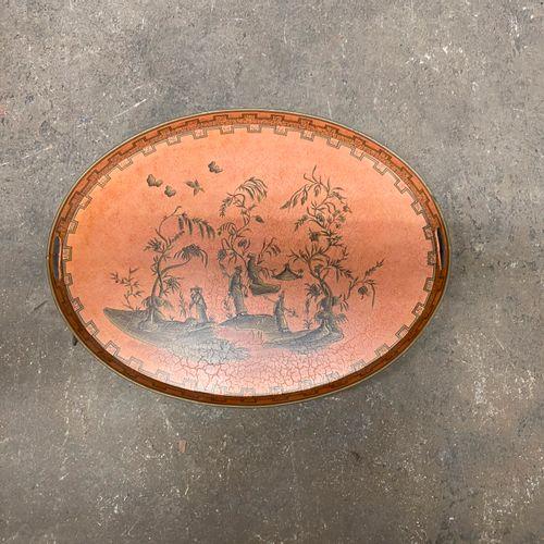 Plateau ovale en tôle présentant un décor asiatique.  63 x 48 cm.