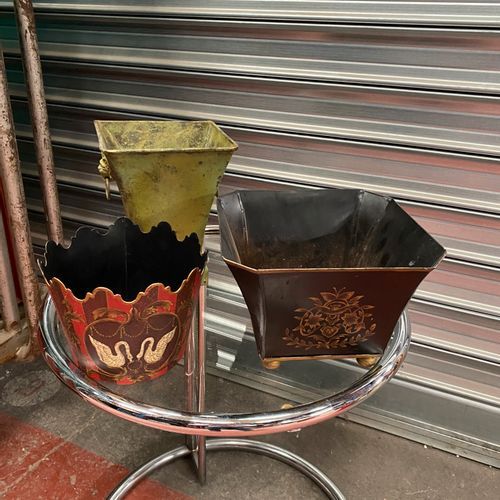 Trois cache pot en tôle peinte.