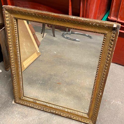 Miroir en bois et stuc doré.  (chocs)  60 x 51 cm.