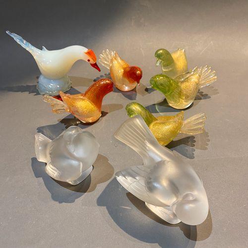 Quatre oiseaux en verre de Murano et deux Lalique.  On y joint un autre.    Acci…