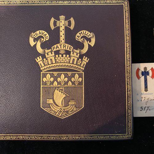 Ordre de la francisque gallique. Insigne émaillé monté sur épingle accompagné de…