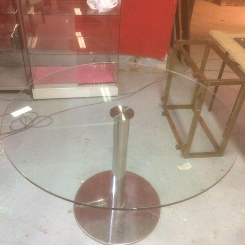 Table ronde piètement chromé plateau verre.  D. 120 cm.