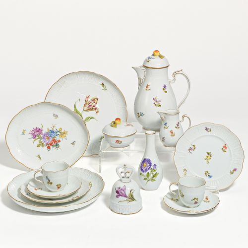 Ludwigsburg COFFEE SERVICE WITH SCATTERED FLOWERS FOR 6 PERSONS. Ludwigsburg. Po…