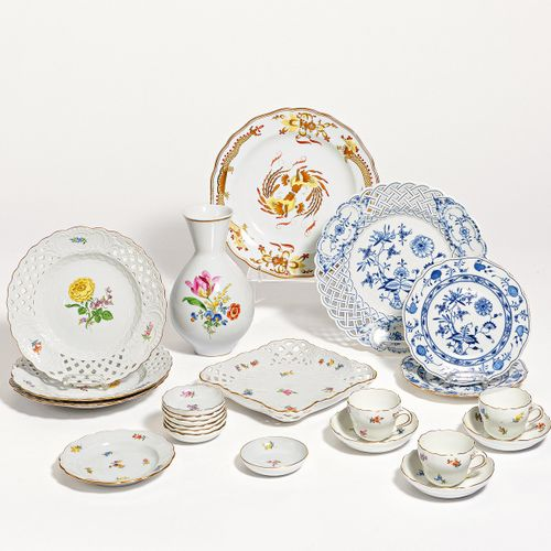 Meissen SET WITH SCATTERED FLORAL DECORATION. Meissen. Porcelain, colorfully dec…