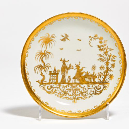 SAUCER WITH GOLD CHINOISERIE. In the style of Meissen. Porcelain gold decorated.…