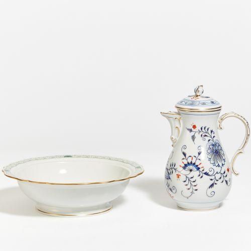 Meissen COFFEE POT ONION PATTERN. Meissen. Porcelain, underglazed blue décor, re…