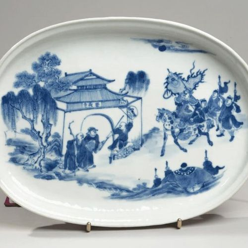 VIETNAM, Hue XIXe siècle Oval porcelain dish decorated in blue with a general ar…
