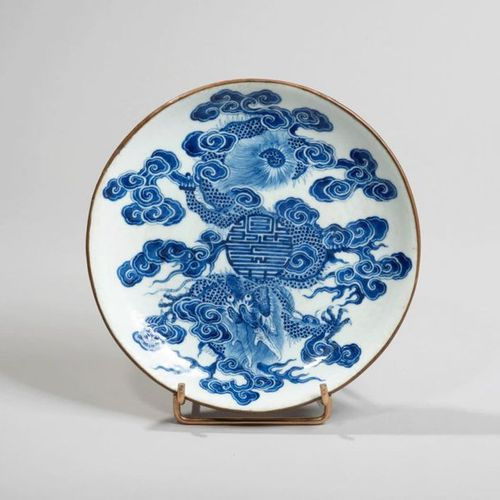 VIETNAM, Hue XIXe siècle Porcelain bowl decorated in blue under a dragon in flig…
