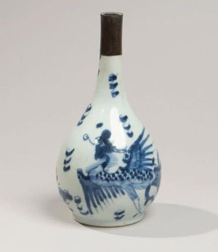 VIETNAM XIXe siècle Porcelain bottle vase decorated in blue with phoenixes among…