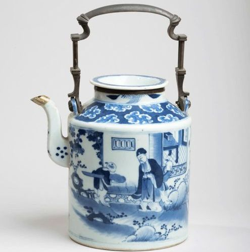 VIETNAM, Hue XIXe siècle Porcelain pourer decorated in blue under cover of liter…